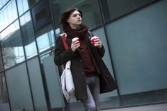 Βιασύνη του τύπου με τον καφέ στοκ φωτογραφίες