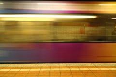 Βιασύνη τραίνων μπροστά από την πλατφόρμα στοκ φωτογραφίες με δικαίωμα ελεύθερης χρήσης