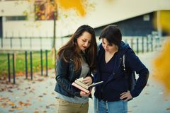 Βιβλία ανάγνωσης στοκ εικόνα