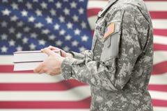 Βιβλία εκμετάλλευσης στρατιωτών ΑΜΕΡΙΚΑΝΙΚΟΥ στρατού στα χέρια του στοκ φωτογραφία