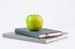 βιβλία και ένα μήλο Στοκ εικόνες με δικαίωμα ελεύθερης χρήσης
