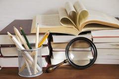 Βιβλία και η ενίσχυση - γυαλί στοκ φωτογραφίες