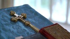 Βιβλία και χρυσός σταυρός στην εκκλησία απόθεμα βίντεο