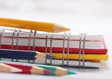 Βιβλία και χρωματισμένο μολύβι Στοκ εικόνες με δικαίωμα ελεύθερης χρήσης
