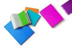Βιβλία με τις χρωματισμένες καλύψεις στοκ φωτογραφία