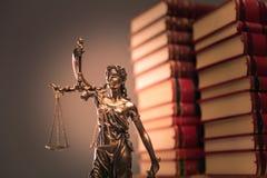 Βιβλία νόμου και άγαλμα δικαιοσύνης στοκ εικόνες