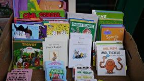 Βιβλία παιδιών σε ένα κιβώτιο έξω από ένα παλαιό κατάστημα βιβλίων Στοκ φωτογραφία με δικαίωμα ελεύθερης χρήσης