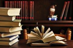 βιβλία που ανοίγουν Στοκ Φωτογραφία