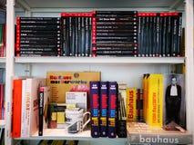 Βιβλία στο ράφι - λογοτεχνία και μυθιστοριογραφία στοκ φωτογραφία με δικαίωμα ελεύθερης χρήσης