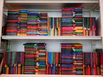 Βιβλία στο ράφι - λογοτεχνία και μυθιστοριογραφία στοκ φωτογραφίες με δικαίωμα ελεύθερης χρήσης