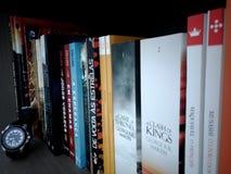 Βιβλία στο ράφι στοκ φωτογραφία με δικαίωμα ελεύθερης χρήσης