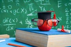 Βιβλία συμβόλων και μολυβιών γνώσης της Apple στο γραφείο Στοκ εικόνα με δικαίωμα ελεύθερης χρήσης