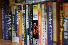 Βιβλία υπολογιστών σε ένα ράφι στοκ φωτογραφία