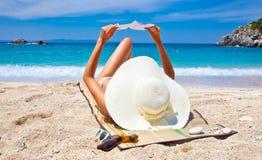 Βιβλίο ανάγνωσης γυναικών στην παραλία Sarakiniko, Ελλάδα στοκ φωτογραφία