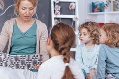 Βιβλίο ανάγνωσης δασκάλων στον παιδικό σταθμό Στοκ εικόνες με δικαίωμα ελεύθερης χρήσης