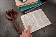 Βιβλίο ανάγνωσης δικαστών της εξόδου στοκ εικόνες με δικαίωμα ελεύθερης χρήσης