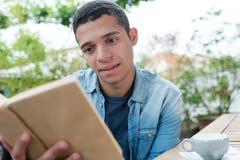 Βιβλίο ανάγνωσης νεαρών άνδρων στοκ φωτογραφίες με δικαίωμα ελεύθερης χρήσης
