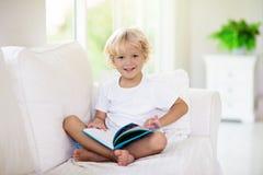 Βιβλίο ανάγνωσης παιδιών Τα παιδιά που διαβάζονται τα βιβλία στοκ φωτογραφία