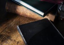 Βιβλίο Βίβλων στον ξύλινο πίνακα Στοκ Εικόνες