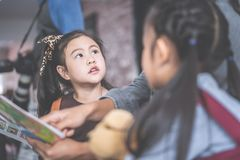 Βιβλίο ιστορίας ανάγνωσης δασκάλων στους σπουδαστές παιδικών σταθμών στοκ φωτογραφίες με δικαίωμα ελεύθερης χρήσης