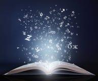 Βιβλίο με τις επιστολές στον κενό πίνακα στοκ φωτογραφίες με δικαίωμα ελεύθερης χρήσης