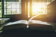 Βιβλίο στο φωτεινό φως ήλιων παραθύρων μέσω του παραθύρου στοκ φωτογραφίες με δικαίωμα ελεύθερης χρήσης
