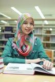 βιβλιοθήκη κοριτσιών Στοκ φωτογραφία με δικαίωμα ελεύθερης χρήσης