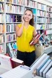 Βιβλία αγοράς γυναικών και να κουβεντιάσει Στοκ Εικόνες