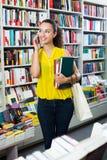 Βιβλία αγοράς γυναικών και να κουβεντιάσει Στοκ εικόνα με δικαίωμα ελεύθερης χρήσης