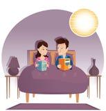 Βιβλία ανάγνωσης ζεύγους στο κρεβάτι Στοκ Φωτογραφία