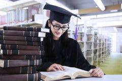Βιβλία ανάγνωσης σπουδαστών στη βιβλιοθήκη Στοκ Εικόνα