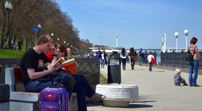 Βιβλία ανάγνωσης στην οδό Στοκ φωτογραφία με δικαίωμα ελεύθερης χρήσης