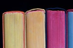 βιβλία ζωηρόχρωμα σκληρή κάλυψη Μαύρη ανασκόπηση απομονωμένος Στοκ εικόνες με δικαίωμα ελεύθερης χρήσης