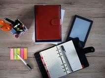 Βιβλία, διοργανωτής, σημειωματάριο και ebook αναγνώστης Στοκ Φωτογραφίες
