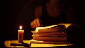 Βιβλία και κερί καπνός πυρκαγιάς Οι γυναίκες διαβάζουν τα βιβλία απόθεμα βίντεο