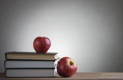 Βιβλία και κόκκινα μήλα Στοκ Εικόνα