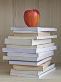 Βιβλία και μήλο Στοκ Εικόνες