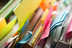 Βιβλία και σημειωματάρια με τις πολύχρωμες αυτοκόλλητες ετικέττες Στοκ εικόνα με δικαίωμα ελεύθερης χρήσης