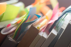Βιβλία και σημειωματάρια με τις πολύχρωμες αυτοκόλλητες ετικέττες Στοκ Εικόνες