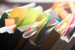 Βιβλία και σημειωματάρια με τις πολύχρωμες αυτοκόλλητες ετικέττες Στοκ εικόνες με δικαίωμα ελεύθερης χρήσης