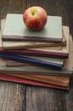 Βιβλία και Apple Στοκ Εικόνα