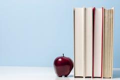 Βιβλία και Apple Στοκ φωτογραφία με δικαίωμα ελεύθερης χρήσης