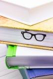 Βιβλία με τα αστεία σελιδοδείκτης-γυαλιά Στοκ Φωτογραφίες