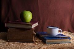 Βιβλία με το φλυτζάνι μήλων και καφέ. Στοκ Φωτογραφία