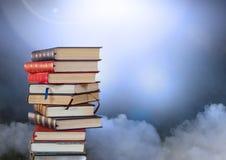 Βιβλία που συσσωρεύονται από τα ατμοσφαιρικά σύννεφα Στοκ εικόνες με δικαίωμα ελεύθερης χρήσης