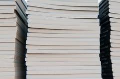 βιβλία που συσσωρεύοντ&a Στοκ φωτογραφίες με δικαίωμα ελεύθερης χρήσης