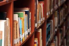 Βιβλία σε ένα ράφι στη βιβλιοθήκη στοκ εικόνα με δικαίωμα ελεύθερης χρήσης