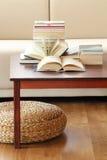 Βιβλία στο τραπεζάκι σαλονιού Στοκ Φωτογραφίες