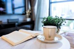 Βιβλία φλιτζανιών του καφέ και αρχείων στον πίνακα Στοκ εικόνα με δικαίωμα ελεύθερης χρήσης