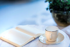 Βιβλία φλιτζανιών του καφέ και αρχείων στον πίνακα Στοκ Φωτογραφία